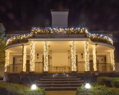 Иллюминация колонн, елки и фасада частного дома
