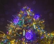 Иллюминация центральной городской елки, светящиеся шары