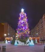 Иллюминация городской елки, светящиеся шары, верхушка и игрушки